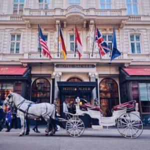 vor dem Hotel Sacher in Wien